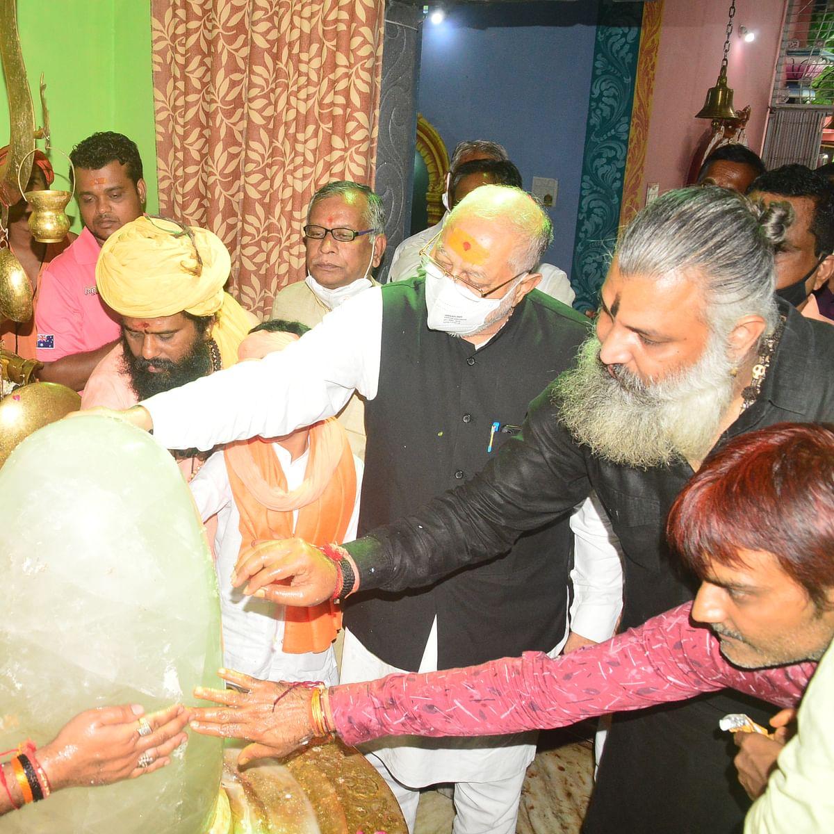 Ujjain: PM's elder brother Prahlad Modi offer ahutis in mirchi yagna to ward off Covid-19