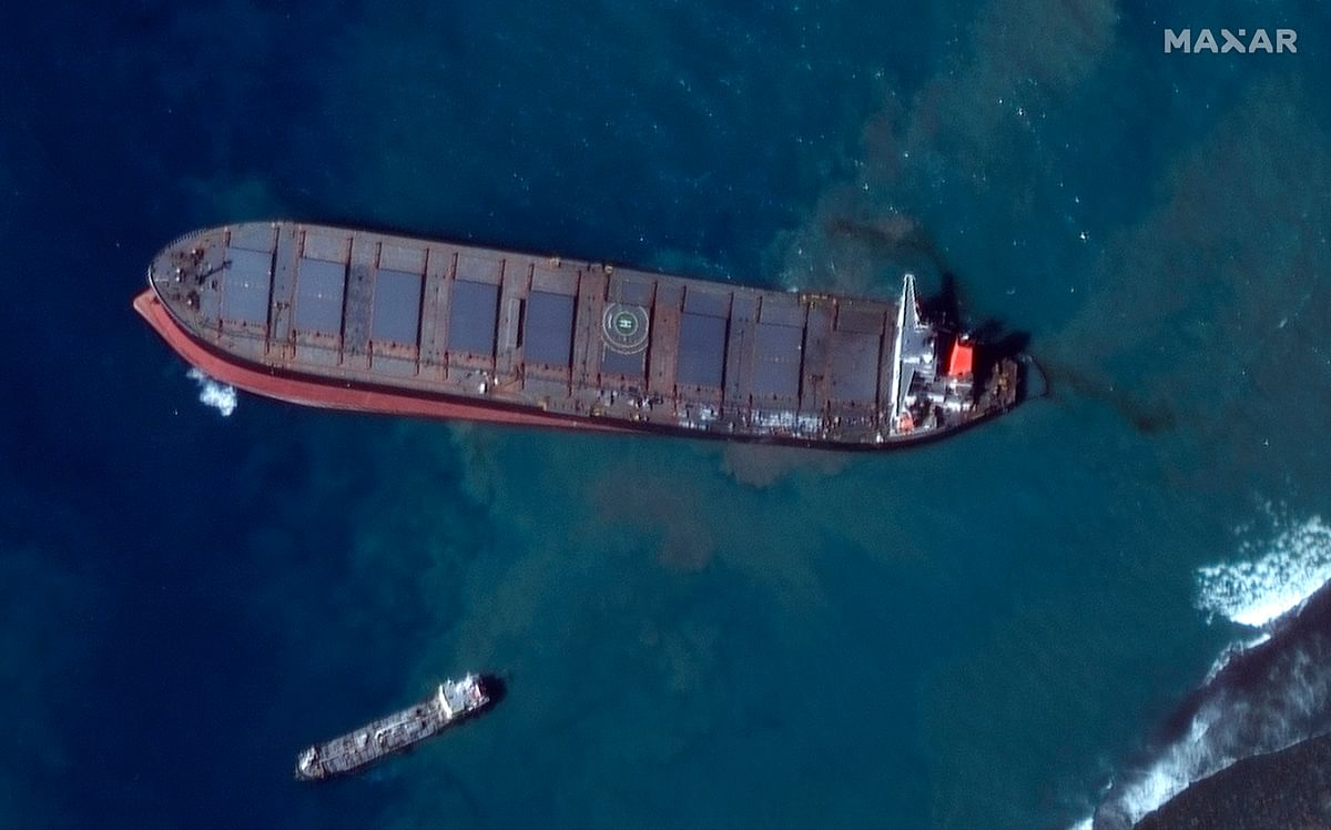 Mauritius: Oil spill cleanup continues