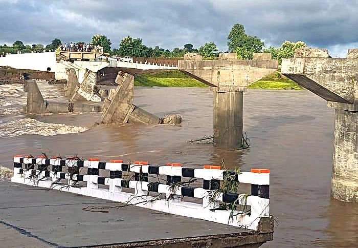 A bridge on the Wainganga river collapsed due to heavy rain, in Seoni on Sunday.