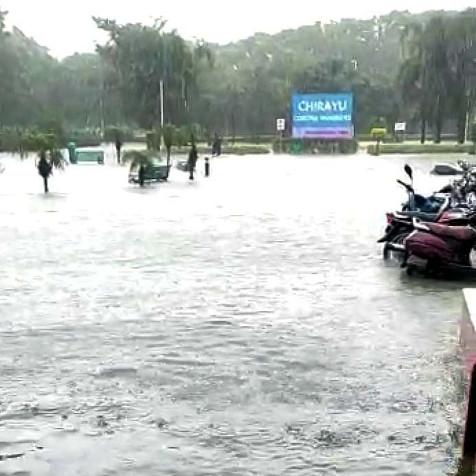 Bhopal Weather Update: Rain paralyses health services, water enters Chirayu Hospital