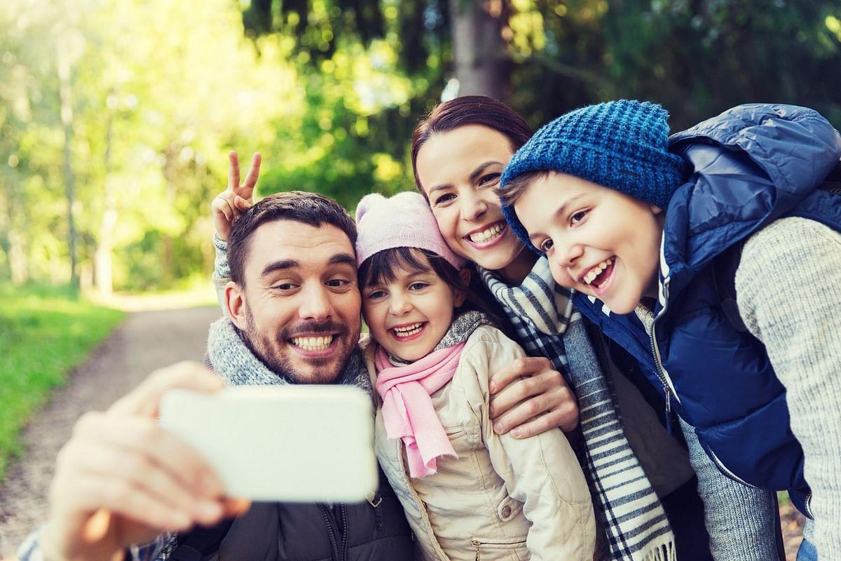 Smartphones kill the joy of enjoying family photos together