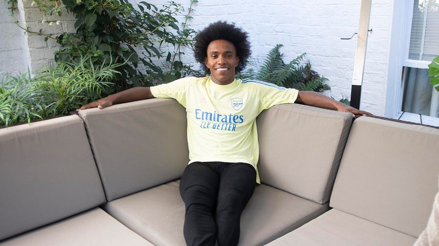 Arsenal sign Brazilian winger Willian from Chelsea on three-year deal