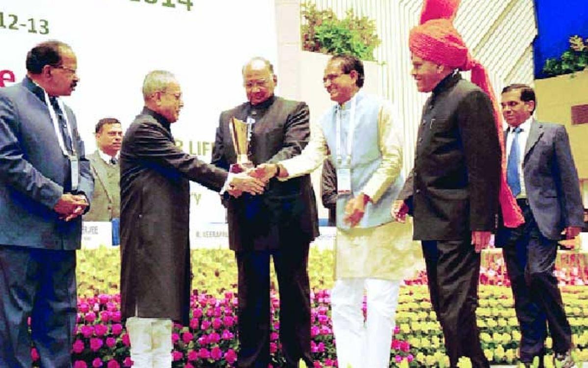 President Pranab Mukherjee presented the Krishi Karman Award bagged by MP for year 2011-12 to Chief Minister Shivraj Singh Chouhan in New Delhi on January 18, 2016.