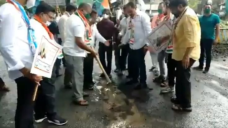 Watch: Thane Congress workers fill potholes as mark of protest, Twitter wonders who they are protesting against