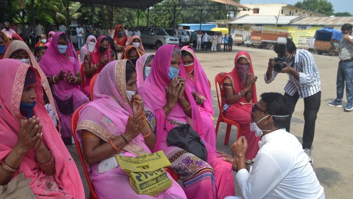 Tulsi silawat in coversation with women of SHGs
