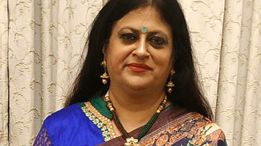 Tanuja Kansal distributes 'Samvedna Rashi' to the widows of Western Railway's corona warriors