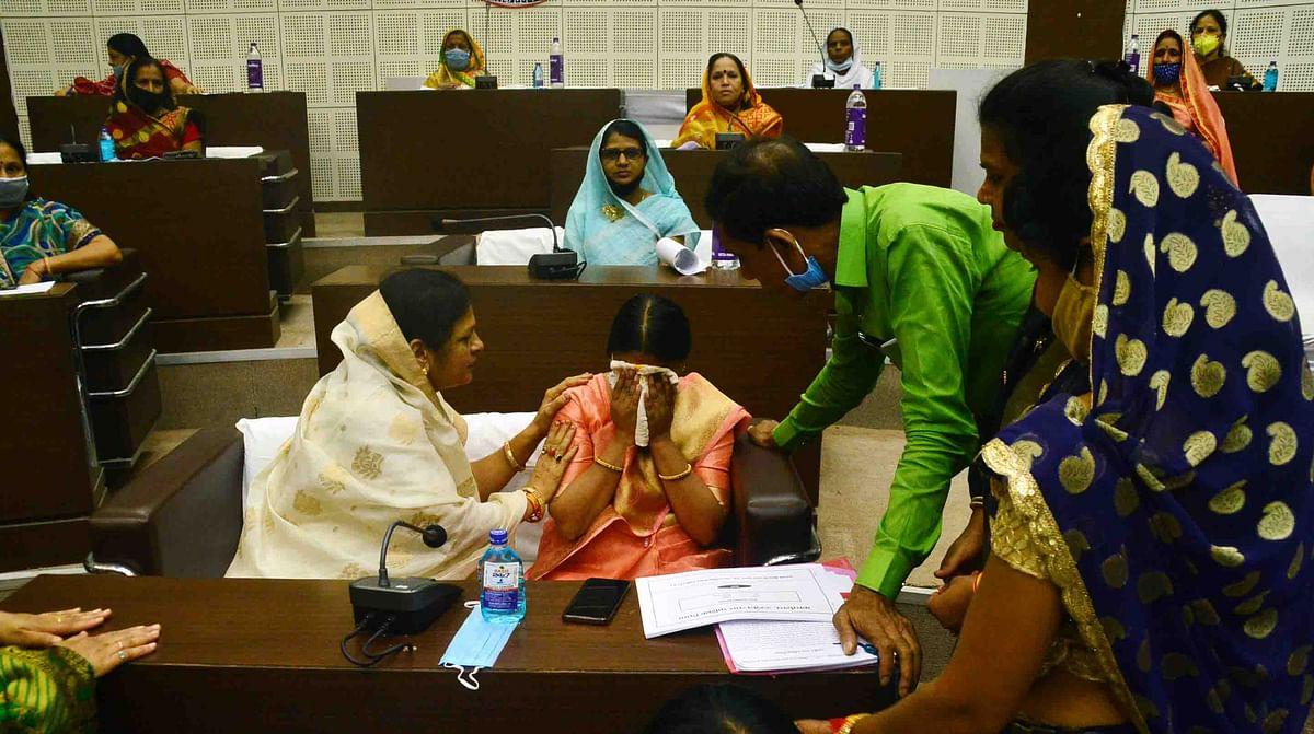 Mayor Meena Jonwal weeping.