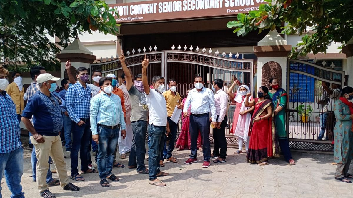 Ujjain: Parents protest at Christu Jyoti Convent over school fee issue