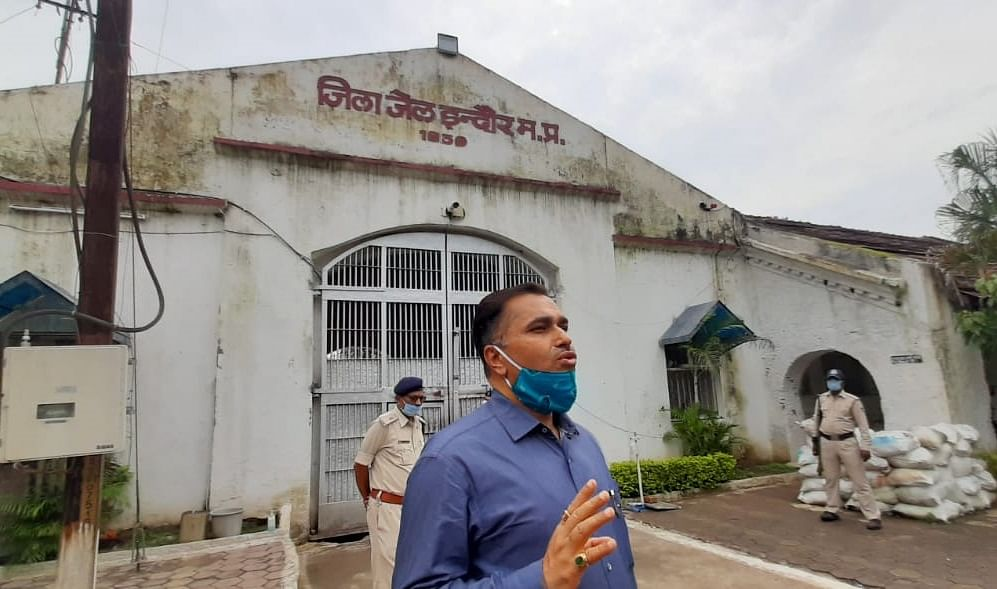 The jail headquarters sent jail DIG Sanjay Pandey to Indore for investigation after the photo of KK Kulshrestha, the jailor of the district jail along with Shweta Vijay Jain, an accused in the Honey Trap case, went viral. The DIG arrived at the district jail.