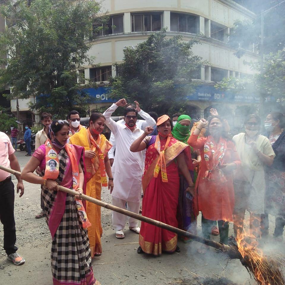 Shiv Sena activists burn effigy of actor Kangana Ranaut in Mira Road
