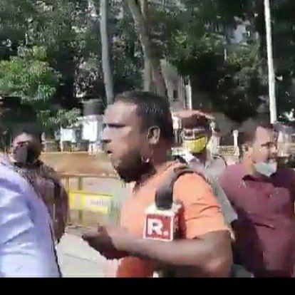 Watch: Amid Mumbai journalists scuffle, cameraman gorging on vada pav goes viral on Twitter