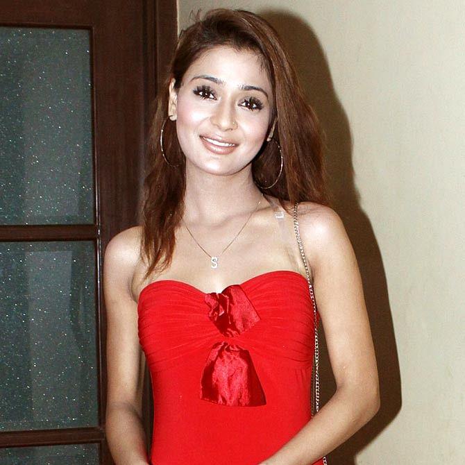 TV star Sara Khan tests Covid-19 positive