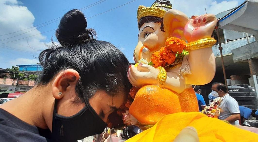 Indore: Teary-eyed, people bid adieu to Lord Ganesh