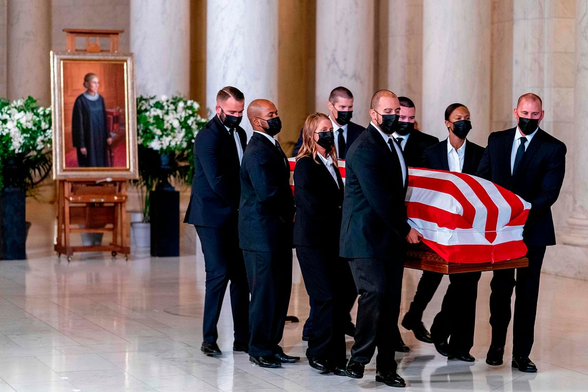 Mourners pay respects to Ginsburg