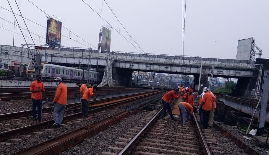 Western Railway carries out infrastructure maintenance works during the jumbo block
