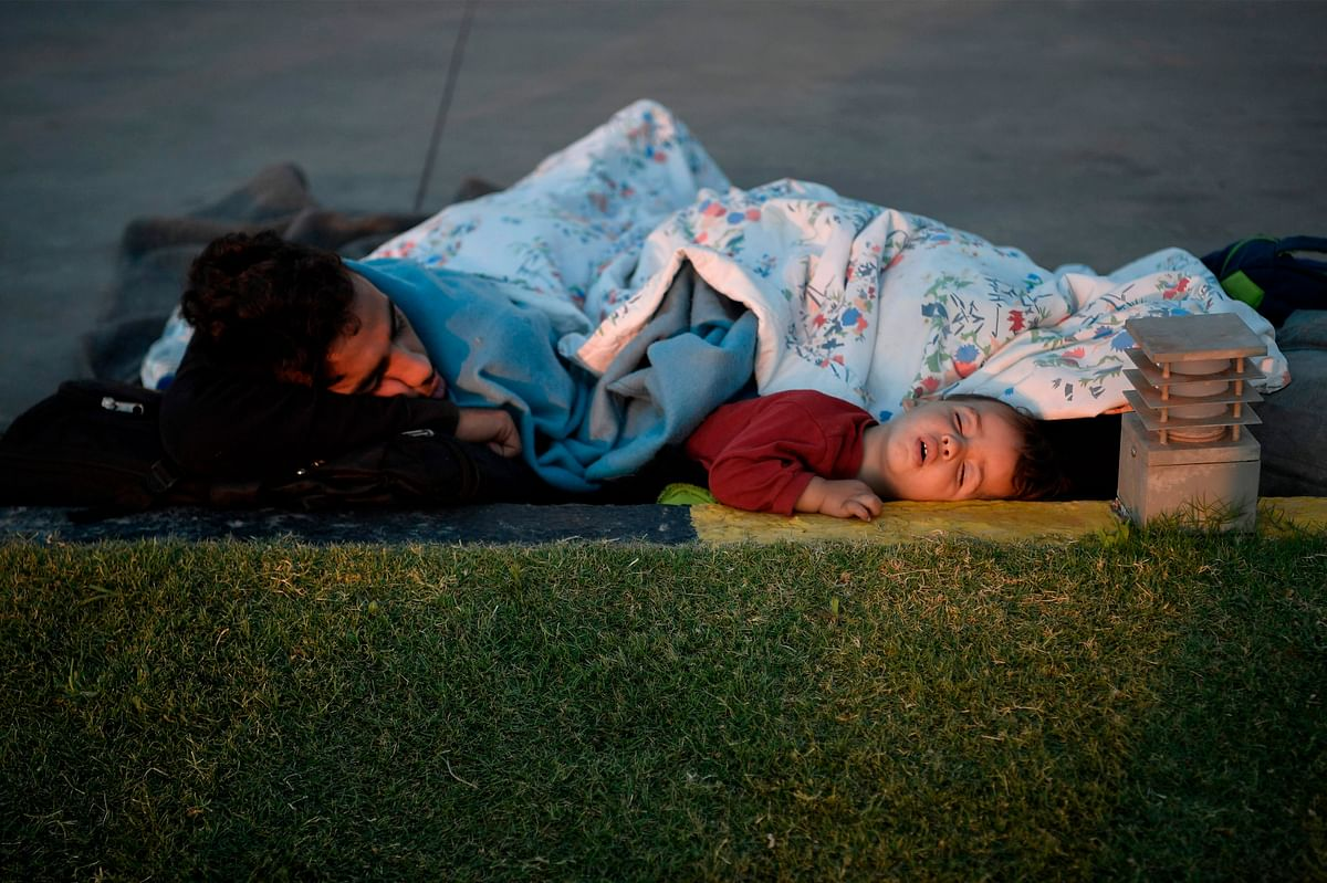 Greek refugees and migrants spend 3rd night under the stars