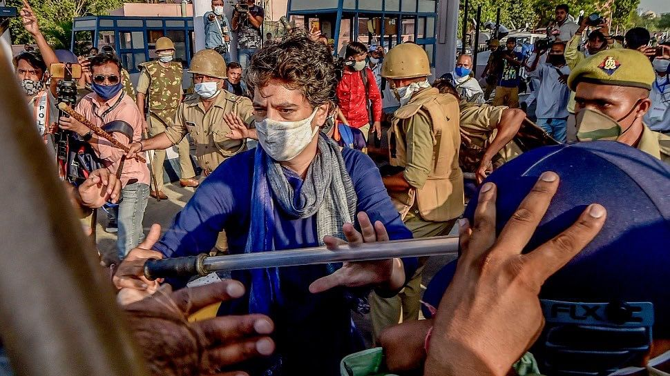 Congress leader Priyanka Gandhi Vadra at Delhi-Noida border in an attempt to protect Congress workers from lathicharge.