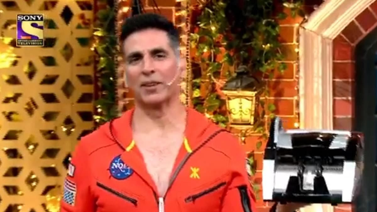 Watch: Kapil Sharma gifts 2020's 'highest-paid' actor Akshay Kumar a cash counting machine