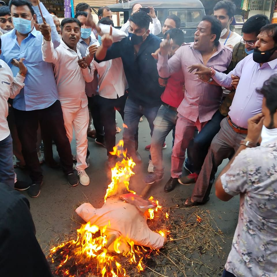 Hatharas Gangrape: Congress burns yogi's effigy in Ujjain
