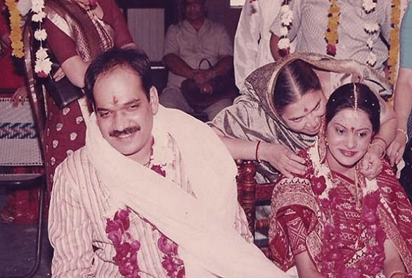In 1987, he married Sonal Shah.
