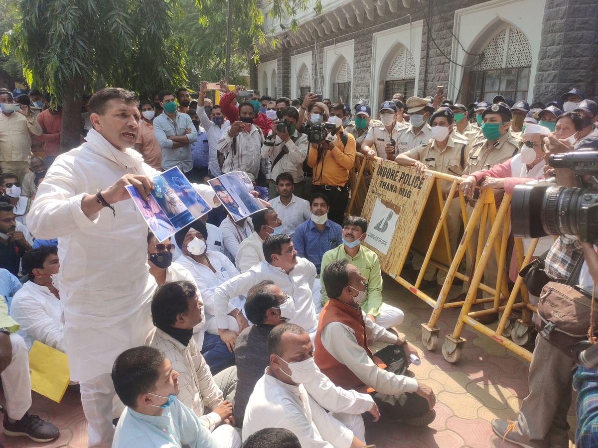 Indore: Congress demonstration against false cases against them
