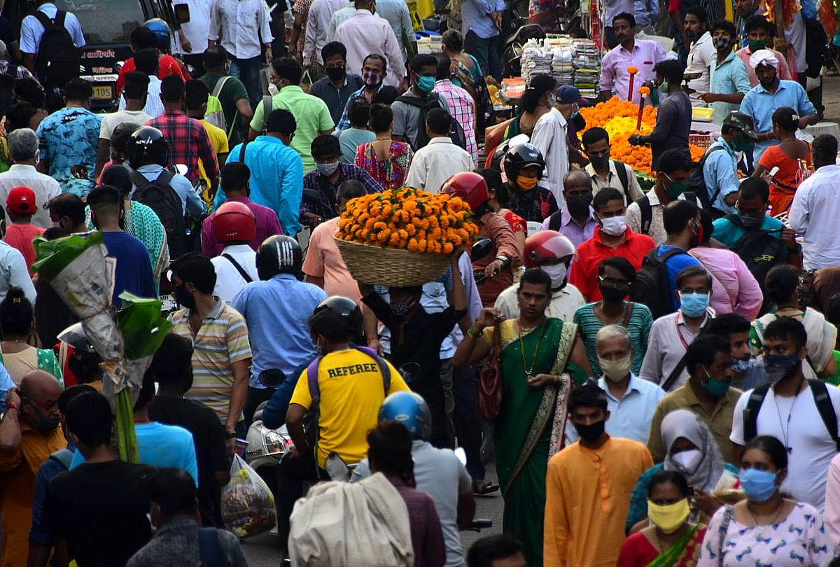 Mumbai: Social distancing goes for a toss as people flock to Dadar flower market ahead of Dussehra 2020; see pics