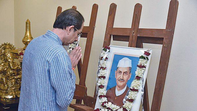 Maharashtra leaders pay tributes to Mahatma, Shastri