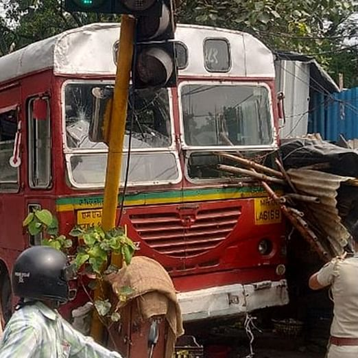 Mumbai: BEST bus driver suffers heart attack while driving, hits traffic signal post