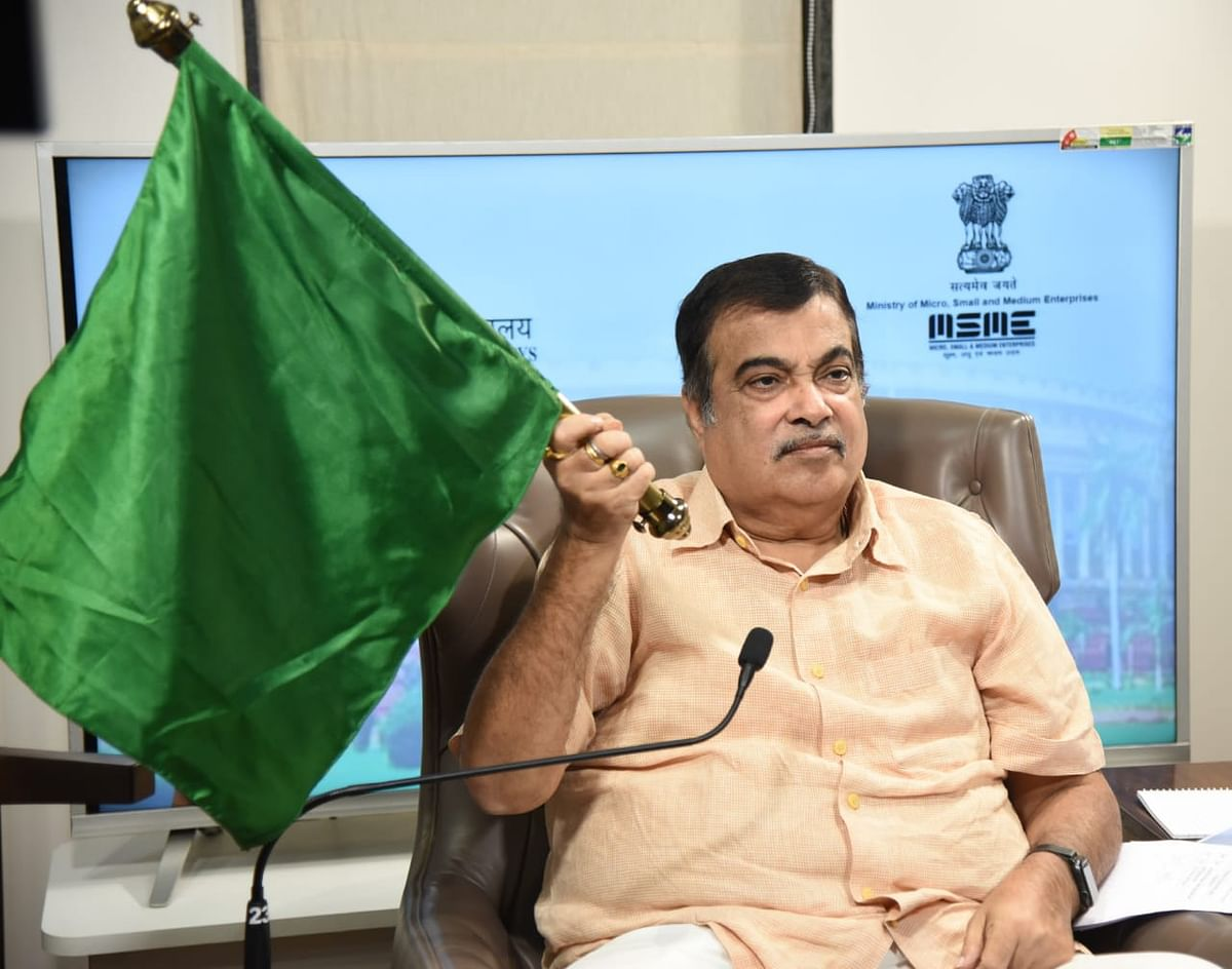 Gadkari flags off Central Railway's Orange Kisan Rail