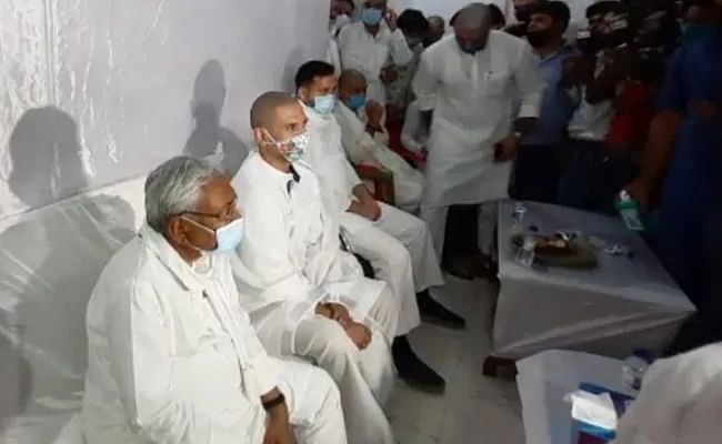 Watch: Nitish Kumar, Tejashwi Yadav put hackles aside to pay tribute to Ram Vilas Paswan at Shraddh ceremony