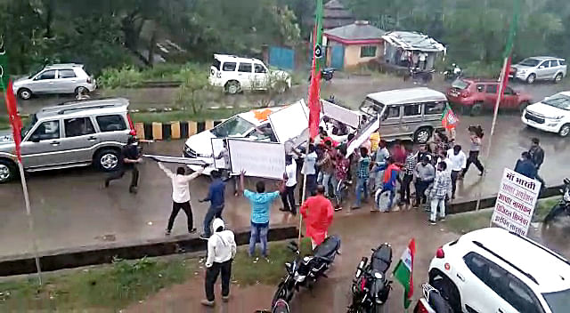 BJYM workers pelted stones, showed black flags as they attempt to stop former CM Kamal Naths convoy, in Anuppur on Wednesday.