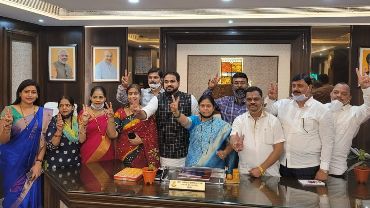 The BJP winners, along with Mayor Jyotsna Hasnale, flashing the 'V' sign for victory