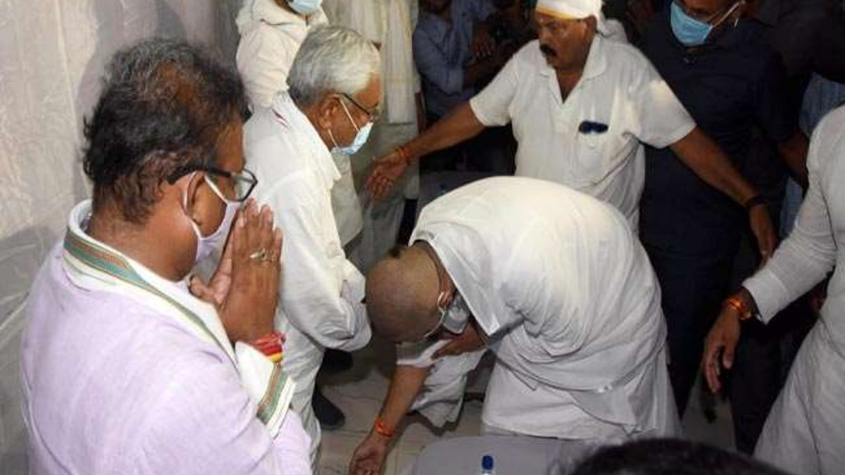 Bihar: Amid poll dispute, Chirag Paswan touches Nitish's feet at Ram Vilas Paswan's sraddha ritual