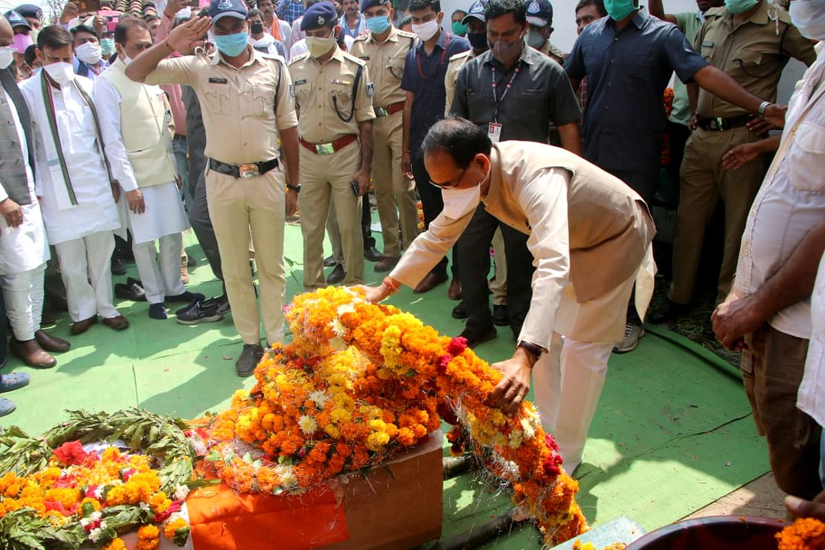 Madhya Pradesh Chief Minister Shivraj Singh Chouhan paid tribute to Central Reserve Police Force personnel Dhirendra Tripathi in Satna on Wednesday. CM also announced financial assistance of Rs 1 crore to his family. He lost his life in a terrorist attack in Pampore (J&K) on Oct 5.