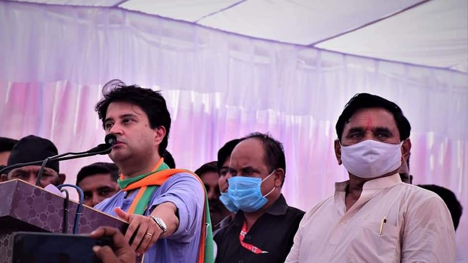 Jyotiraditya Scindia addressing public meeting in Mundi.