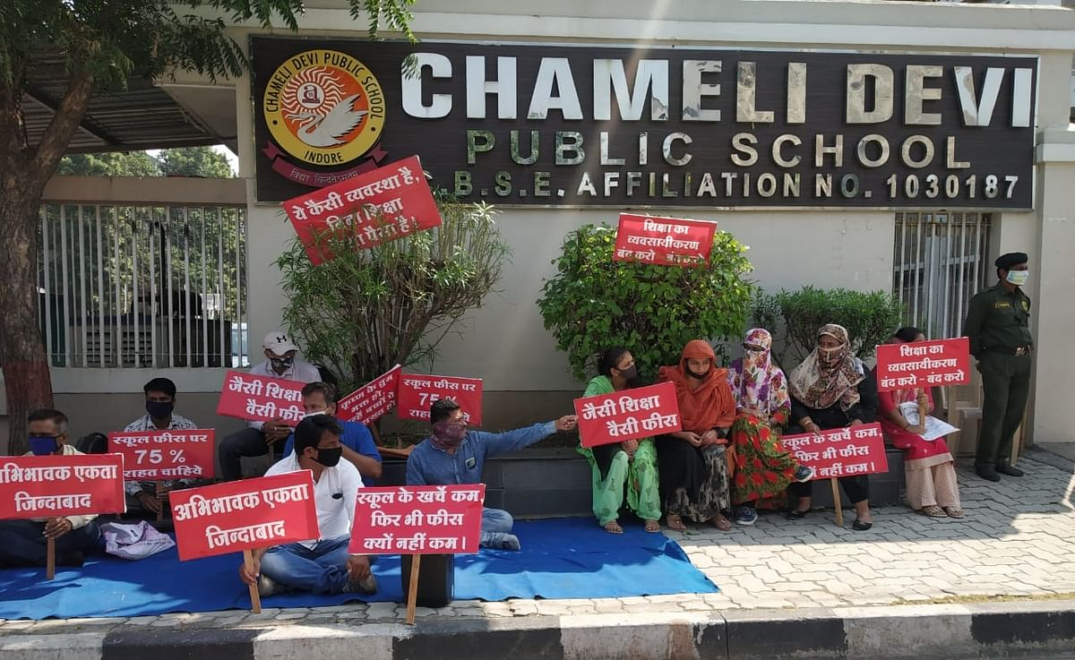 Indore: Parents stage protest outside Chameli Devi Public School demanding fee relief