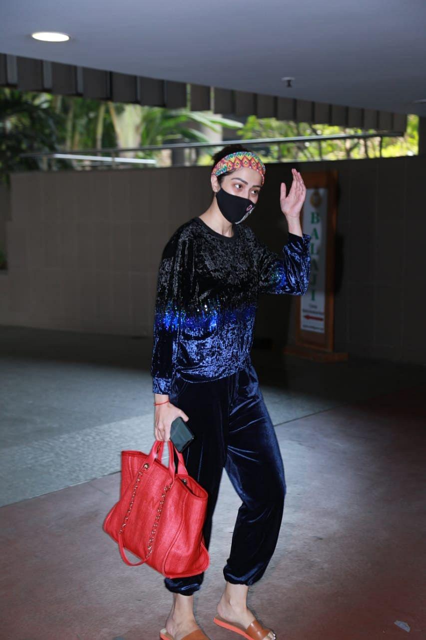 Celebrity Spotting: Deepika, Siddhant arrive for shoot; Malaika visits salon in Bandra