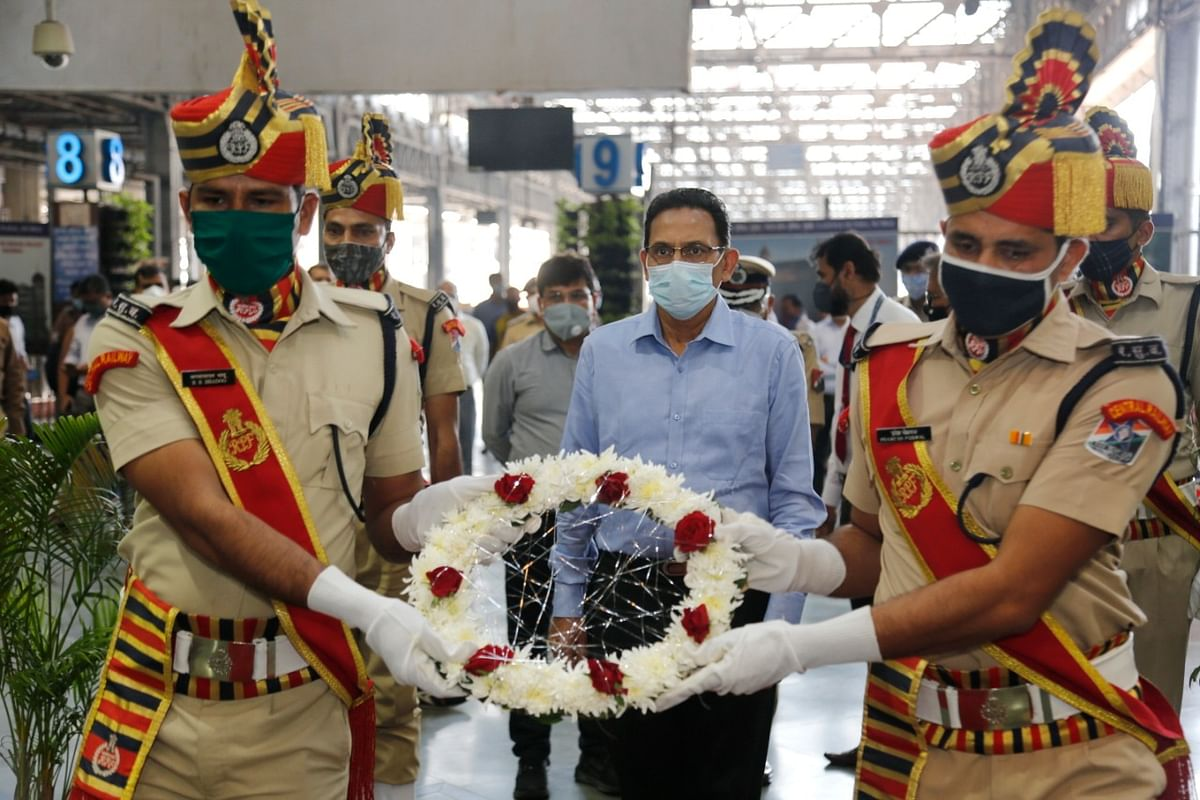 Central Railway General Manager pays homage at Memorial at Chhatrapati Shivaji Maharaj Terminus