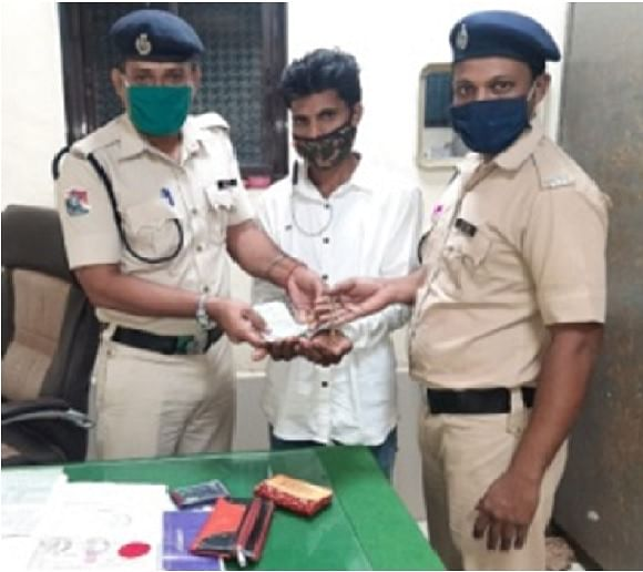 Central Railway Railway Protection Force apprehends tout and returns forgotten bag to owner