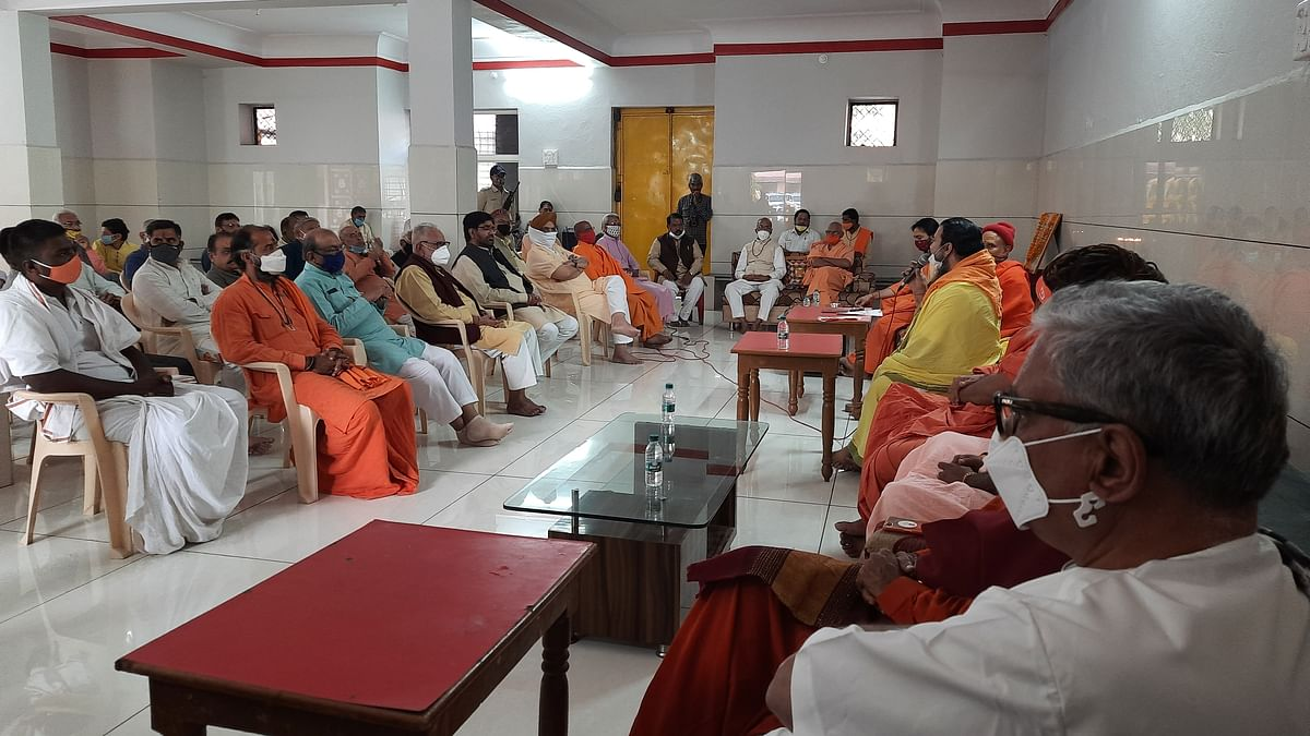 Religious, social and intellectual personalities discuss Smart City Project, MRIDA Project at a meeting in Chardham Mandir premises