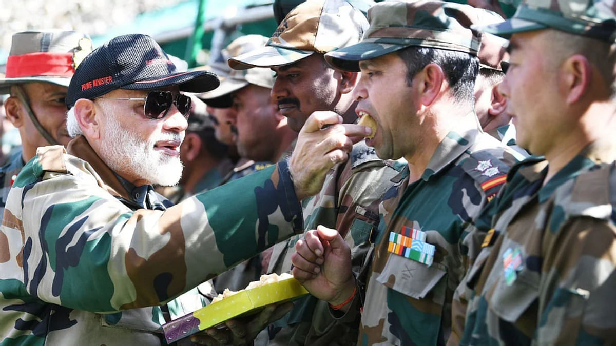 PM Modi with armymen