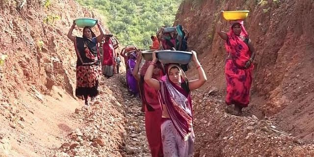 Madhya Pradesh: Village women cut hill to resolve the water crisis