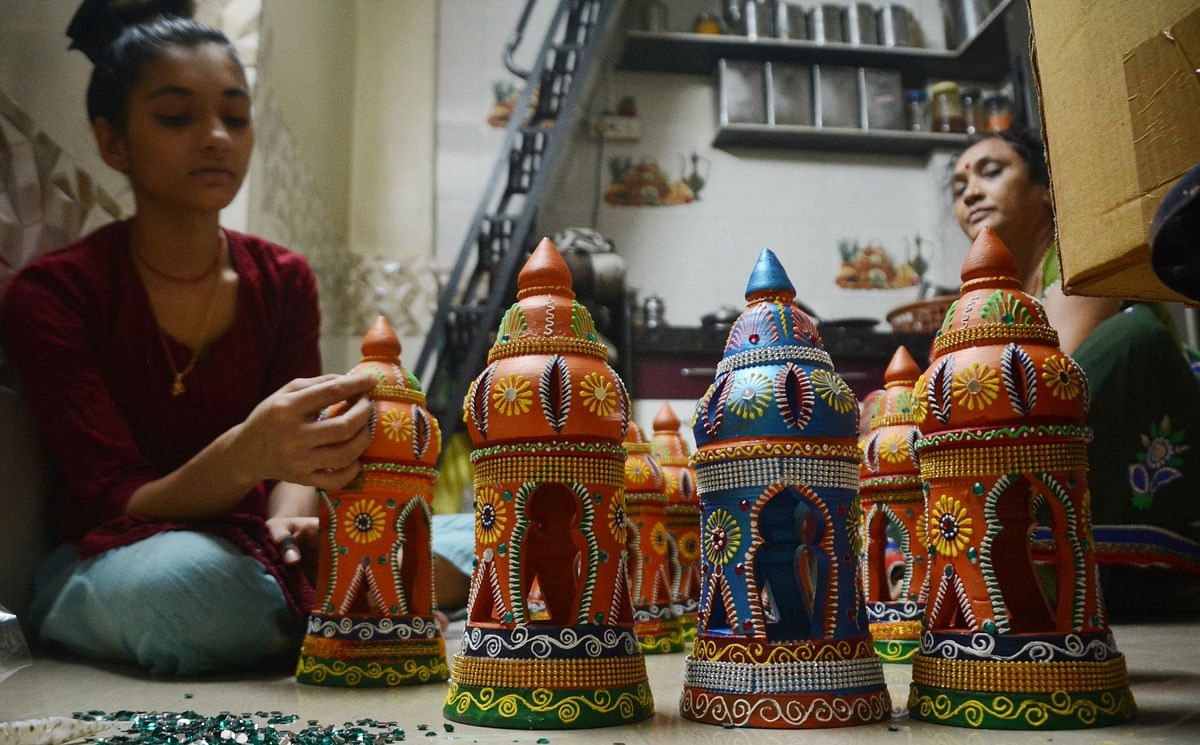 Madhya Pradesh: Traditional earthen lamps losing sales to Chinese lamps in Indore