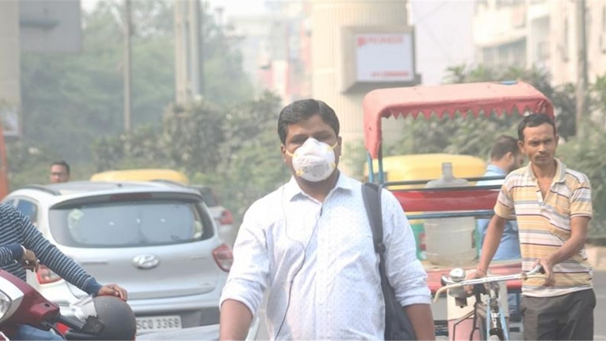 People wear masks to protect themselves from air pollution as smog continues to engulf the national capital