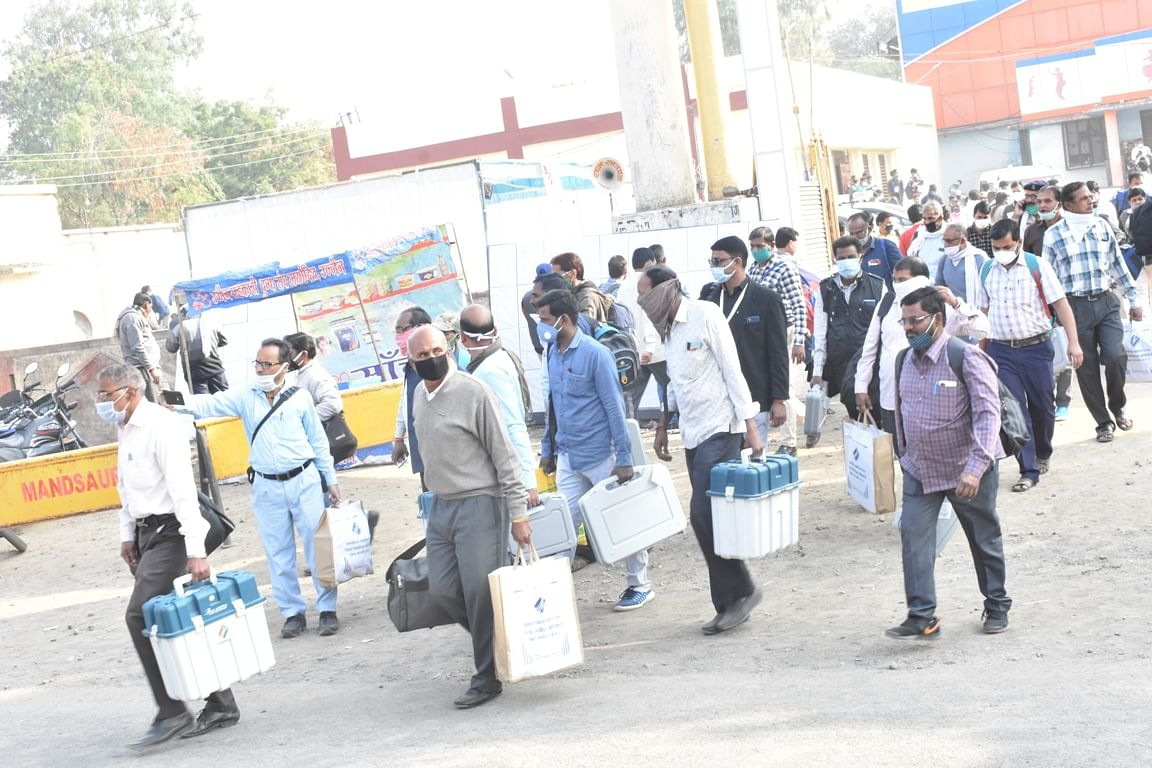 Madhya Pradesh: Polling officers get warm send-off from a collector