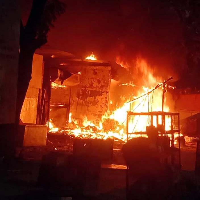 Bhopal: Fire engulfs four shops at Habibganj Naka, three men sustain minor burns