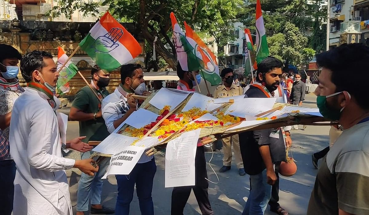 The agitators raised slogans against the central government