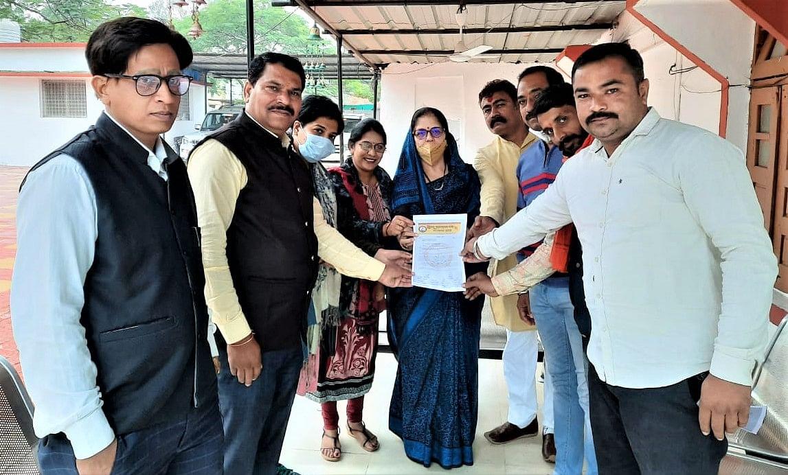 Hindi Jagran Manch members gave thanks giving letter to Dhar MLA Neena Verma