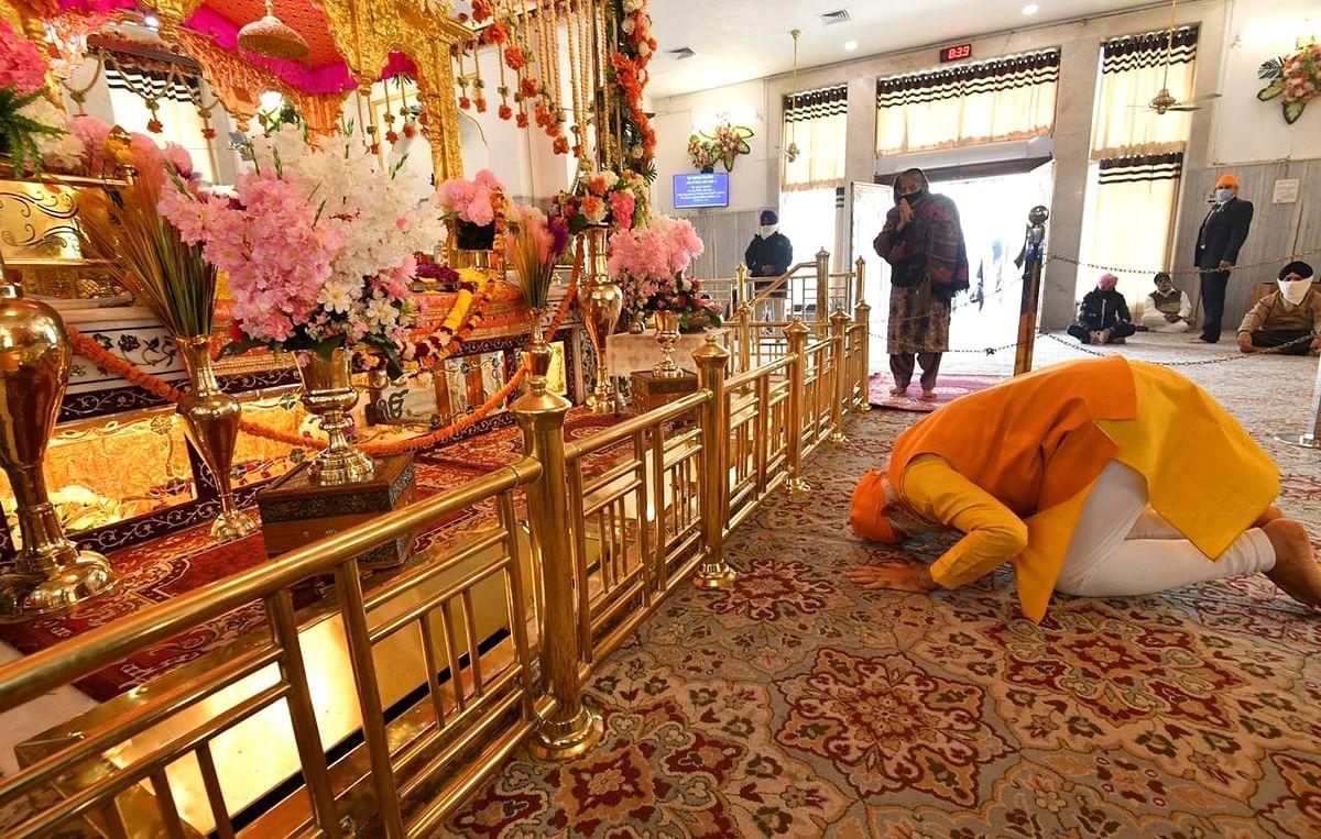 Prime Minister Narendra Modi offers prayer at Gurudwara Rakab Ganj Sahib in New Delhi on Sunday.