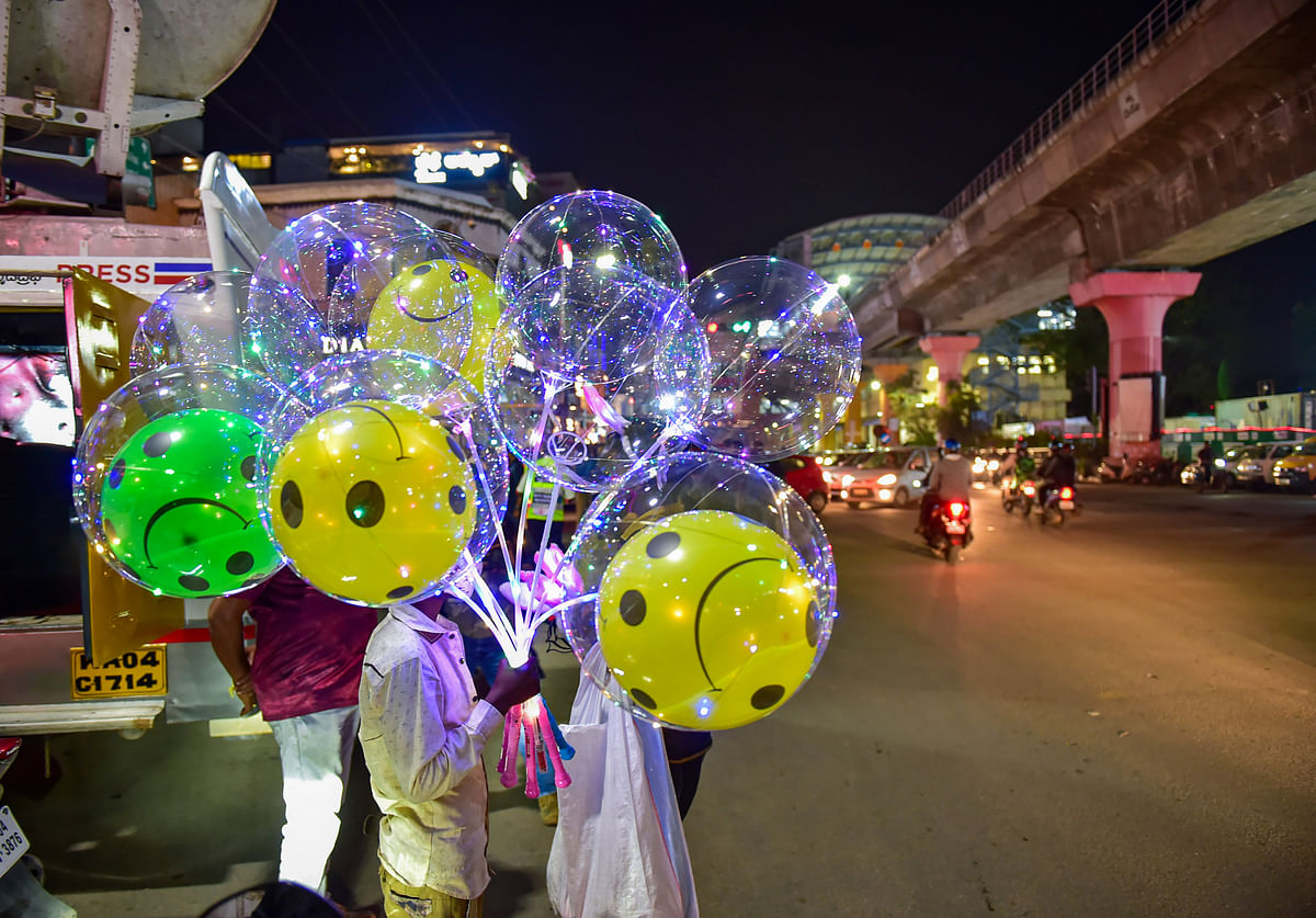 Bengaluru: A roadside vendor sells balloons at Mahatma Gandhi Road, on the New Years eve in Bengaluru, Thursday, Dec. 31, 2020.